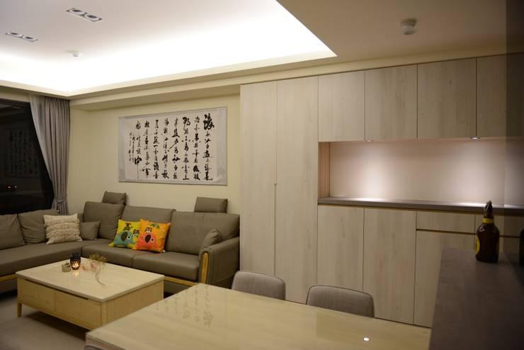 台中新成屋設計 – 帶有東方人文氣息的舒適居所 :  客廳 by 台中室內設計裝修 心之所向設計美學工作室