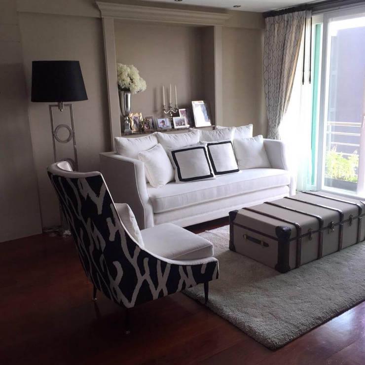 Ruamrudee Condominium Renovation:  Living room by UpMedio Design