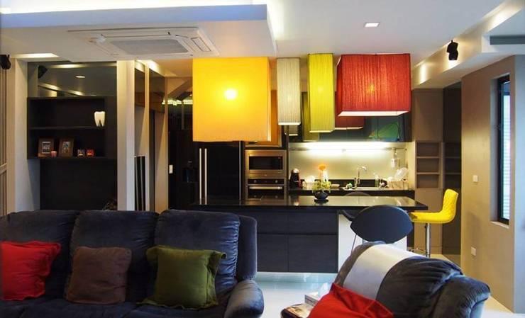 Phayatai Plaza Condominium:  Kitchen by UpMedio Design