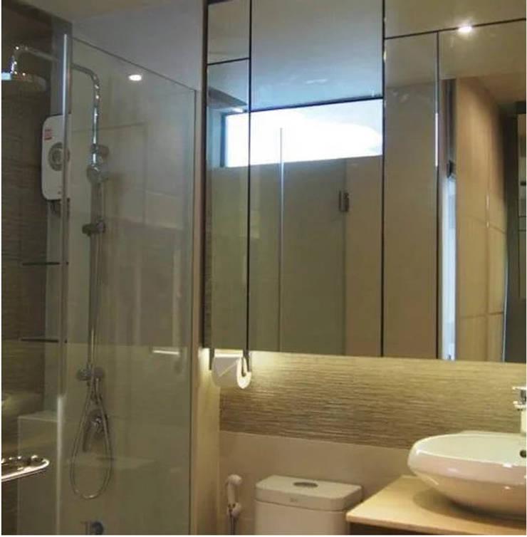Phayatai Plaza Condominium:  Bathroom by UpMedio Design