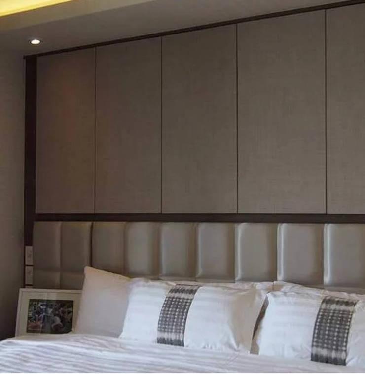 Phayatai Plaza Condominium:  Bedroom by UpMedio Design