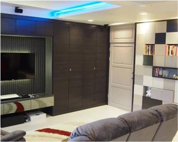 Phayatai Plaza Condominium:  Living room by UpMedio Design