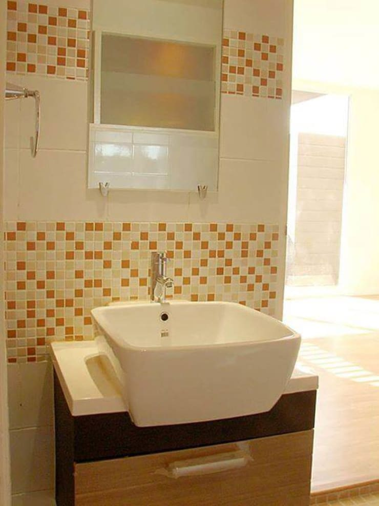 Renovation :  Bathroom by UpMedio Design