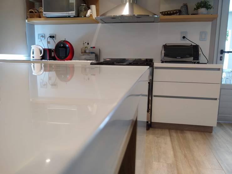 Mesada de Superficie Solida Blanca: Cocinas a medida  de estilo  por MOBILFE,