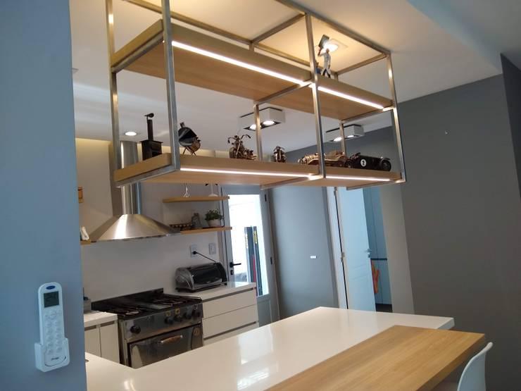 Estantes  Volados: Cocinas a medida  de estilo  por MOBILFE,