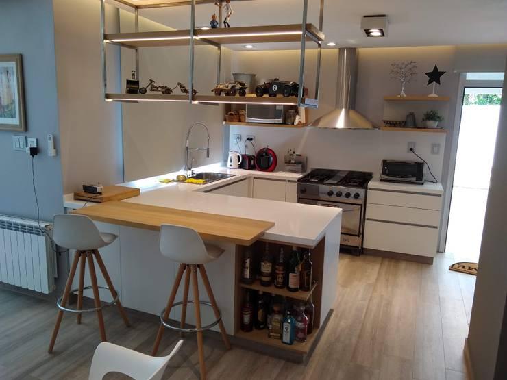 Cocina Blanca: Cocinas a medida  de estilo  por MOBILFE,