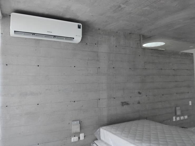 Маленькие спальни в . Автор – TECNOCLIMA INGENIEROS EIRL, Модерн Пластик