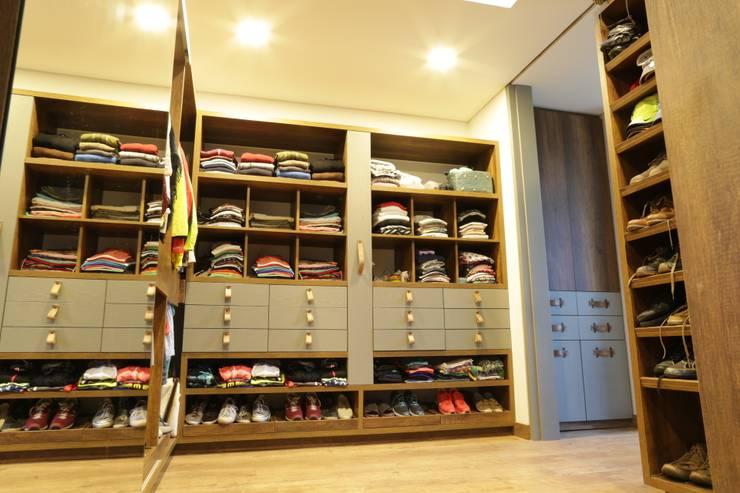 Casa VM  Carpinteria Arquitectonica : Vestidores de estilo  por Intrazzo Mobiliairo