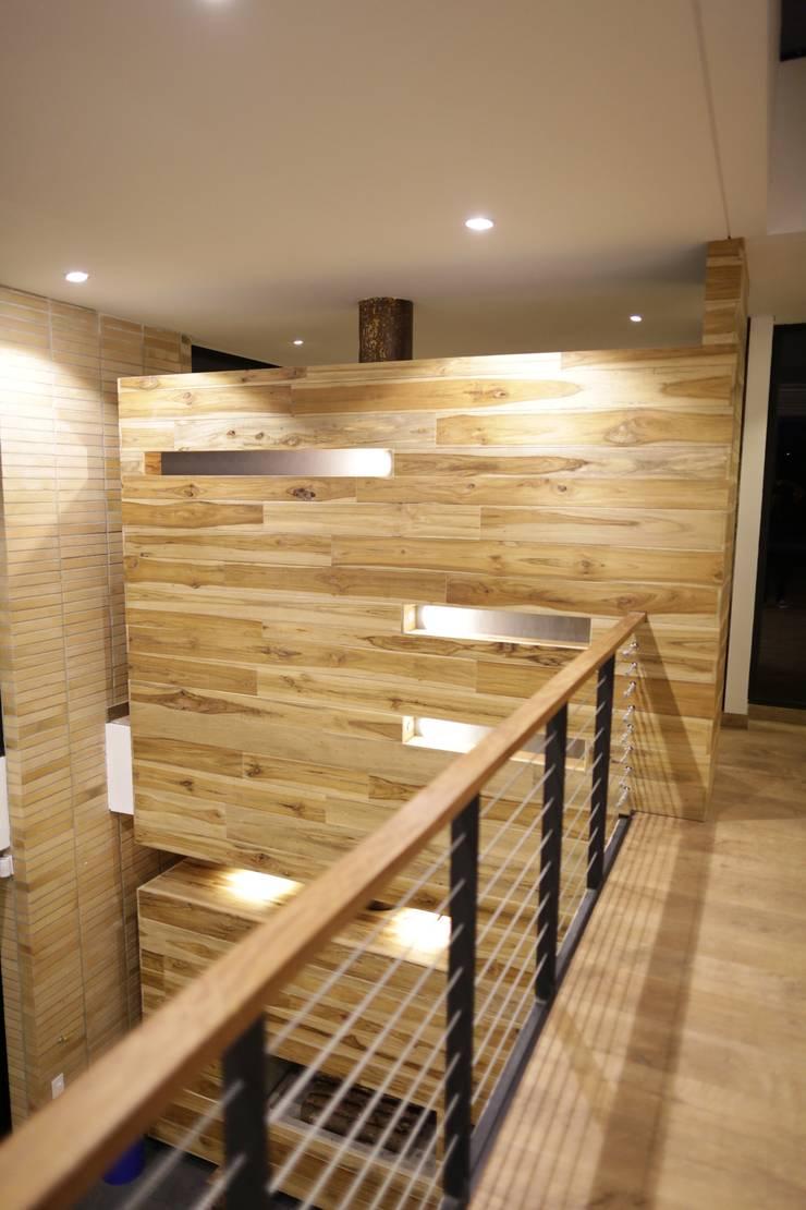 Casa VM  Carpinteria Arquitectonica : Paredes de estilo  por Intrazzo Mobiliairo