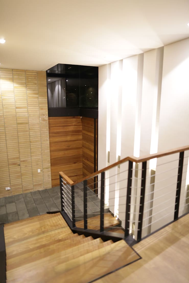 Casa VM  Carpinteria Arquitectonica : Puertas de entrada de estilo  por Intrazzo Mobiliairo
