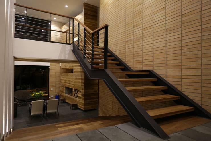 Casa VM  Carpinteria Arquitectonica : Escaleras de estilo  por Intrazzo Mobiliairo