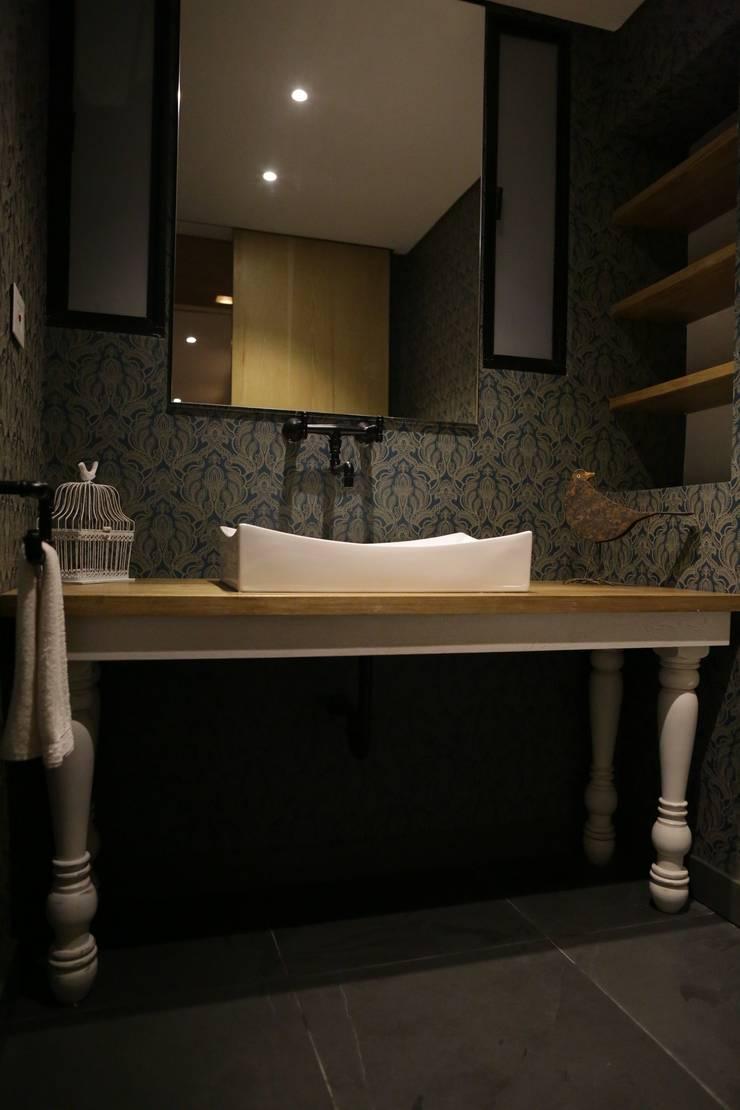 Casa VM  Carpinteria Arquitectonica : Baños de estilo  por Intrazzo Mobiliairo