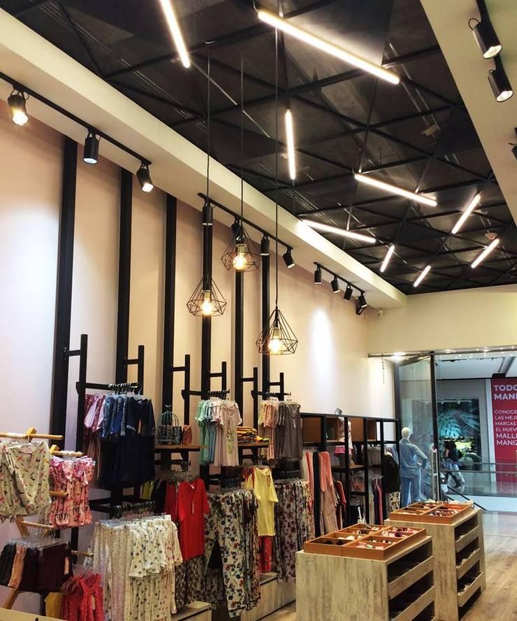TOO SOFT MALL PLAZA: Centros comerciales de estilo  por Oblicua arquitectura y diseño sas
