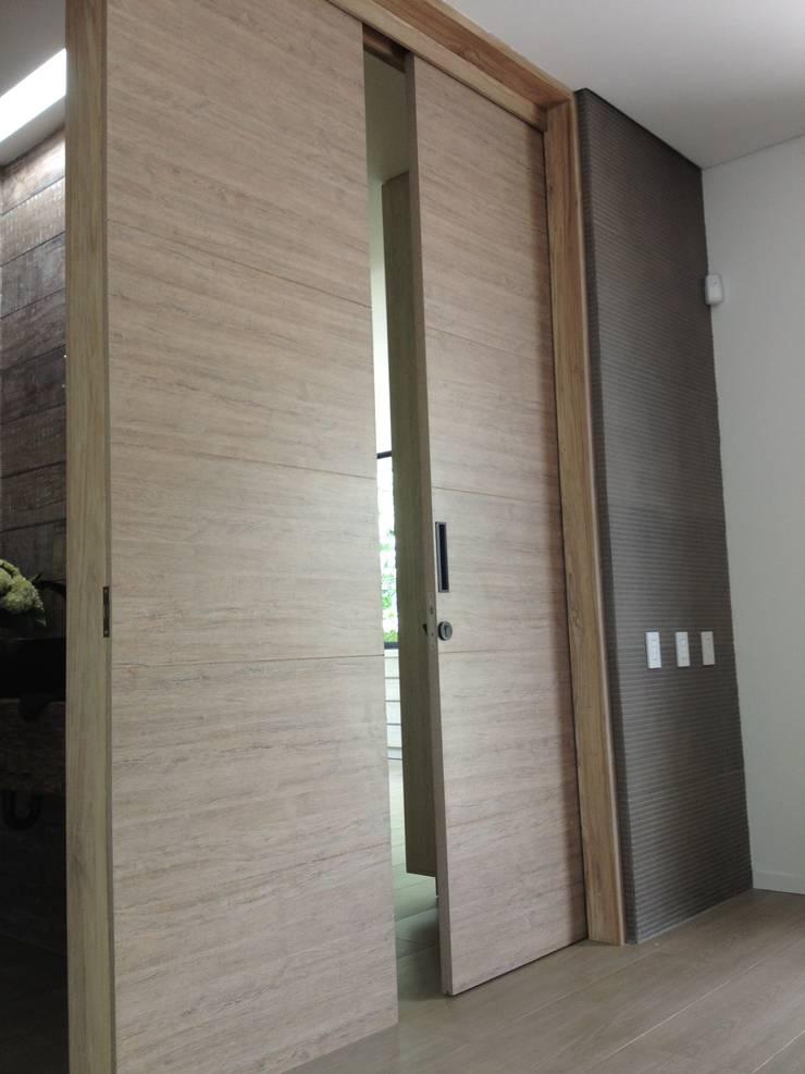 Casa de Campo Llano Grande: Puertas de estilo  por Intrazzo Mobiliairo,