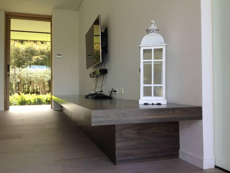 Casa de Campo Llano Grande: Habitaciones de estilo  por Intrazzo Mobiliairo,