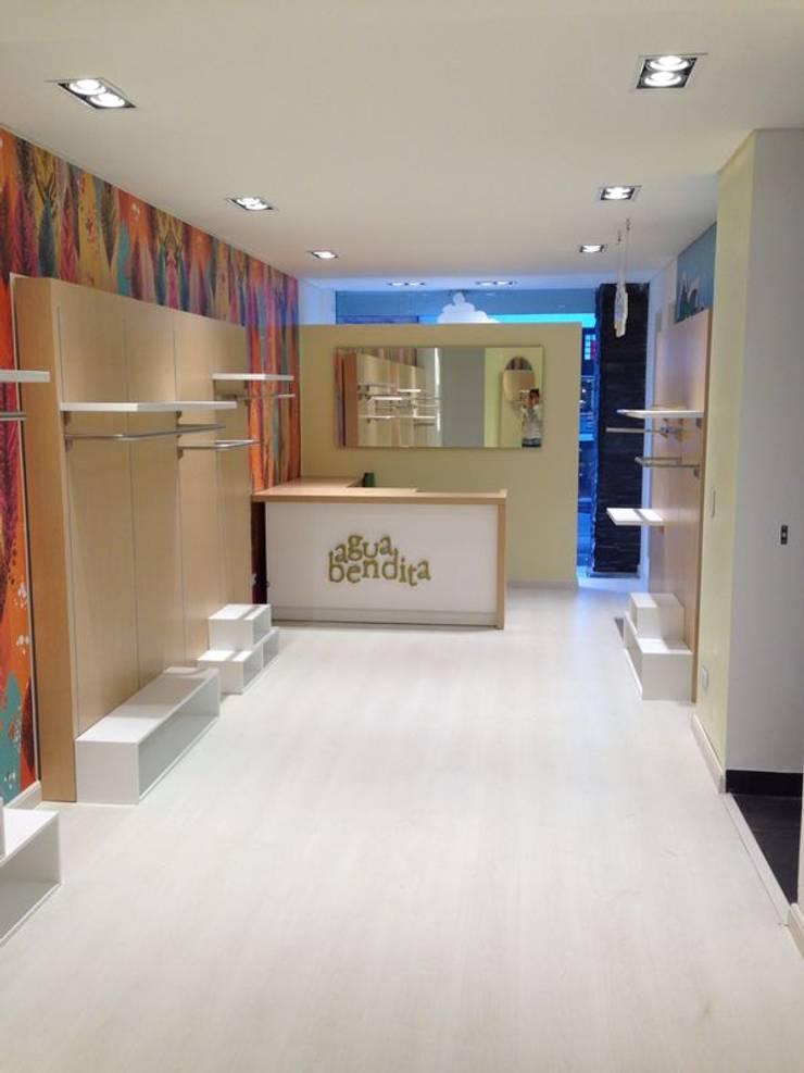 Almacén Agua Bendita Bogota: Espacios comerciales de estilo  por Intrazzo Mobiliairo