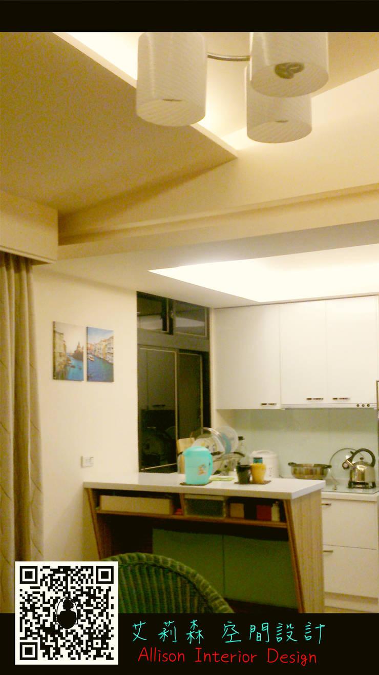 小巧吧台連結ㄇ字廚房:  小廚房 by 艾莉森 空間設計