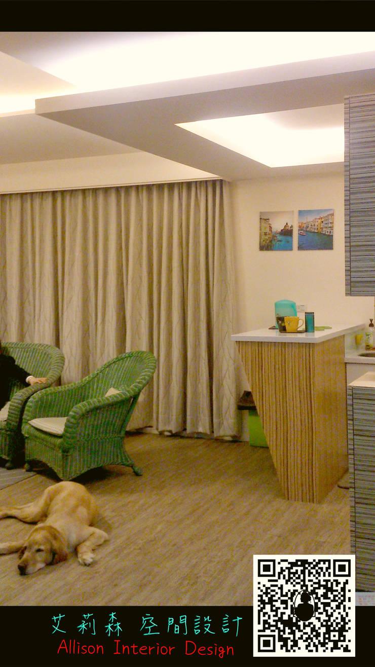 客廳的木質地板讓狗狗也喜歡慵懶地趴在地上休息:  地板 by 艾莉森 空間設計
