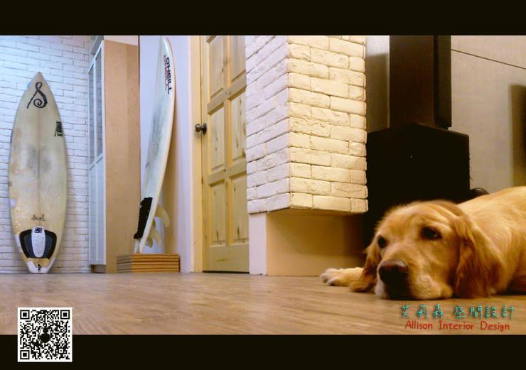 業主家的狗狗:  地板 by 艾莉森 空間設計