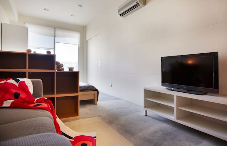 沒有裝飾的水泥地板也別有風味:  客廳 by 弘悅國際室內裝修有限公司