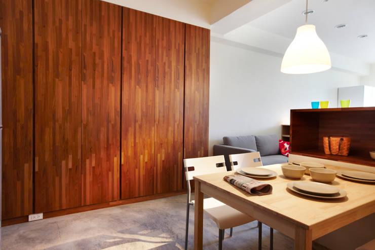 大型櫥櫃方便收納:  餐廳 by 弘悅國際室內裝修有限公司