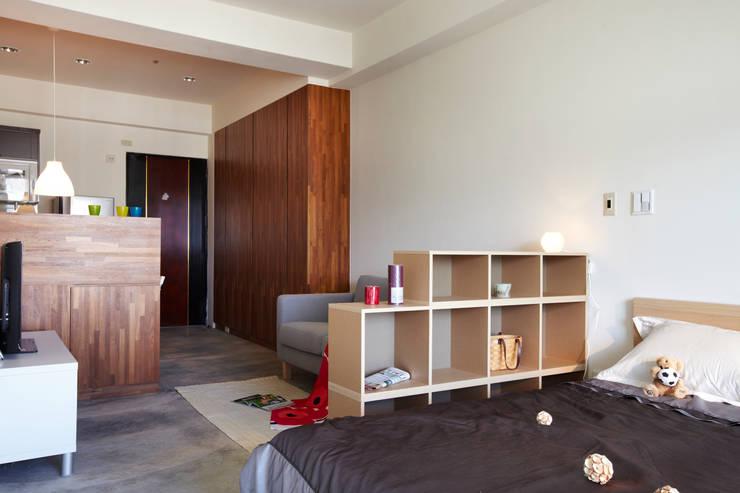 床旁的櫃子可以放置小物品:  臥室 by 弘悅國際室內裝修有限公司