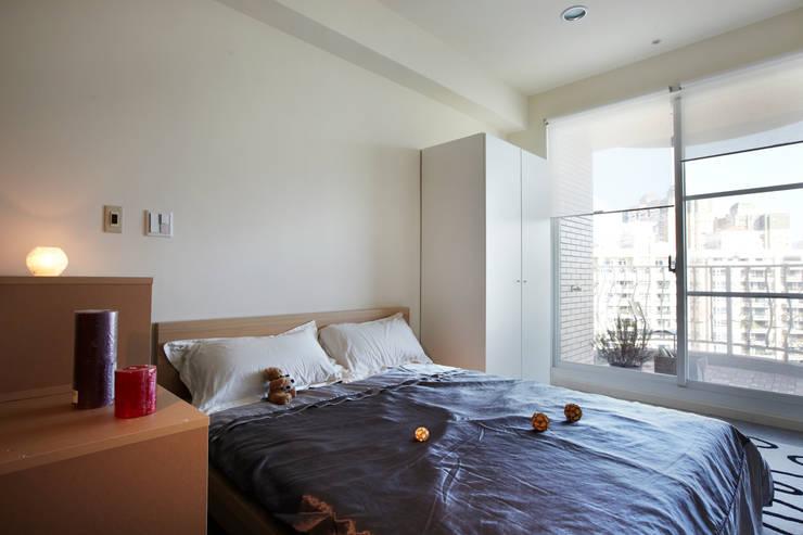 躺在床上可望向無敵美景:  臥室 by 弘悅國際室內裝修有限公司