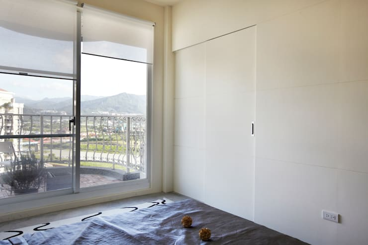 衛浴藏在拉門後:  浴室 by 弘悅國際室內裝修有限公司
