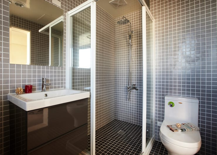 小塊馬賽克磁磚打造衛浴空間:  牆面 by 弘悅國際室內裝修有限公司