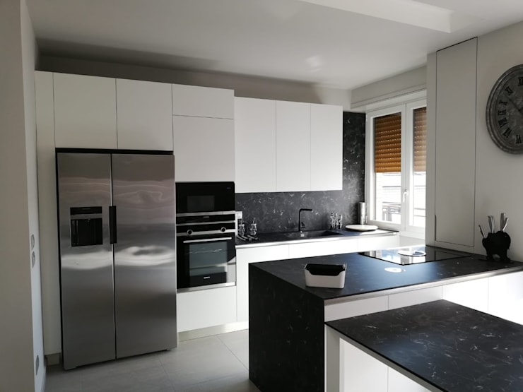 Cucina Bianca: Cucina attrezzata in stile  di Formarredo Due design 1967