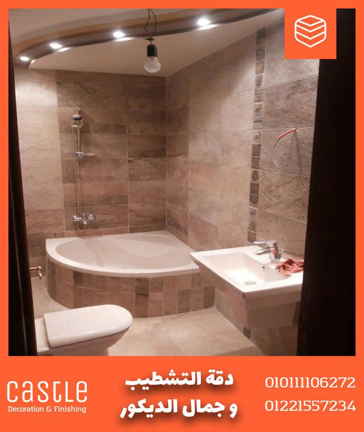 صورة لحمام الشقة بسقف معلق مع كاسل للديكورات:  حمام تنفيذ كاسل للإستشارات الهندسية وأعمال الديكور في القاهرة