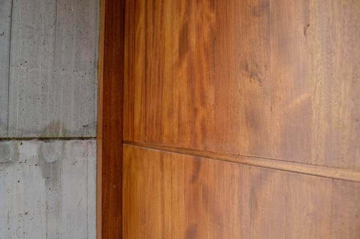 Detalle: Puertas de entrada de estilo  por Gallo y Manca,
