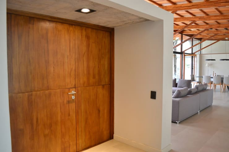 Puerta en madera maciza: Casas unifamiliares de estilo  por Gallo y Manca,