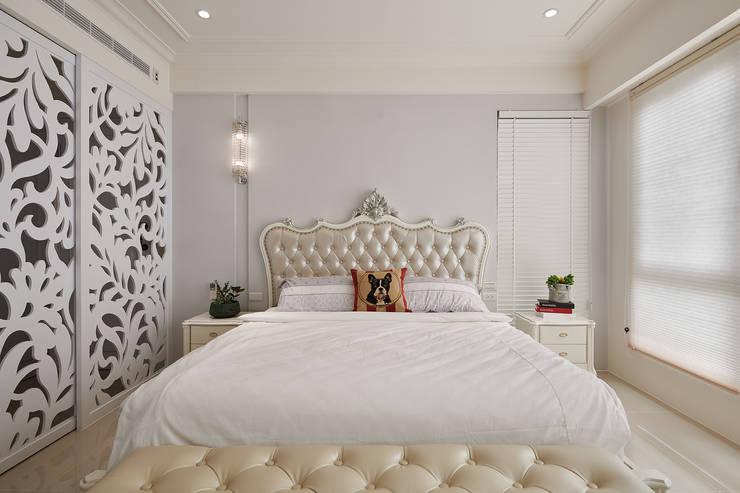 簡潔純白的古典主臥房:  臥室 by 趙玲室內設計