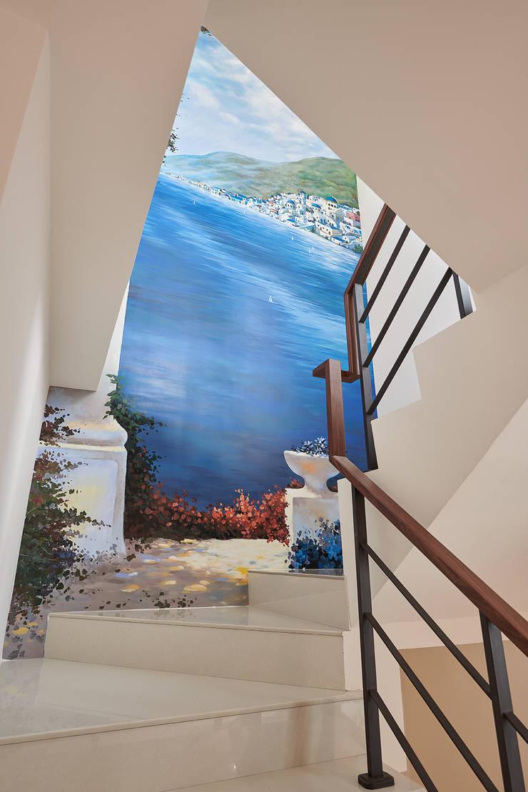 天藍海灣的樓梯迴廊-角落的旅遊:  樓梯 by 趙玲室內設計