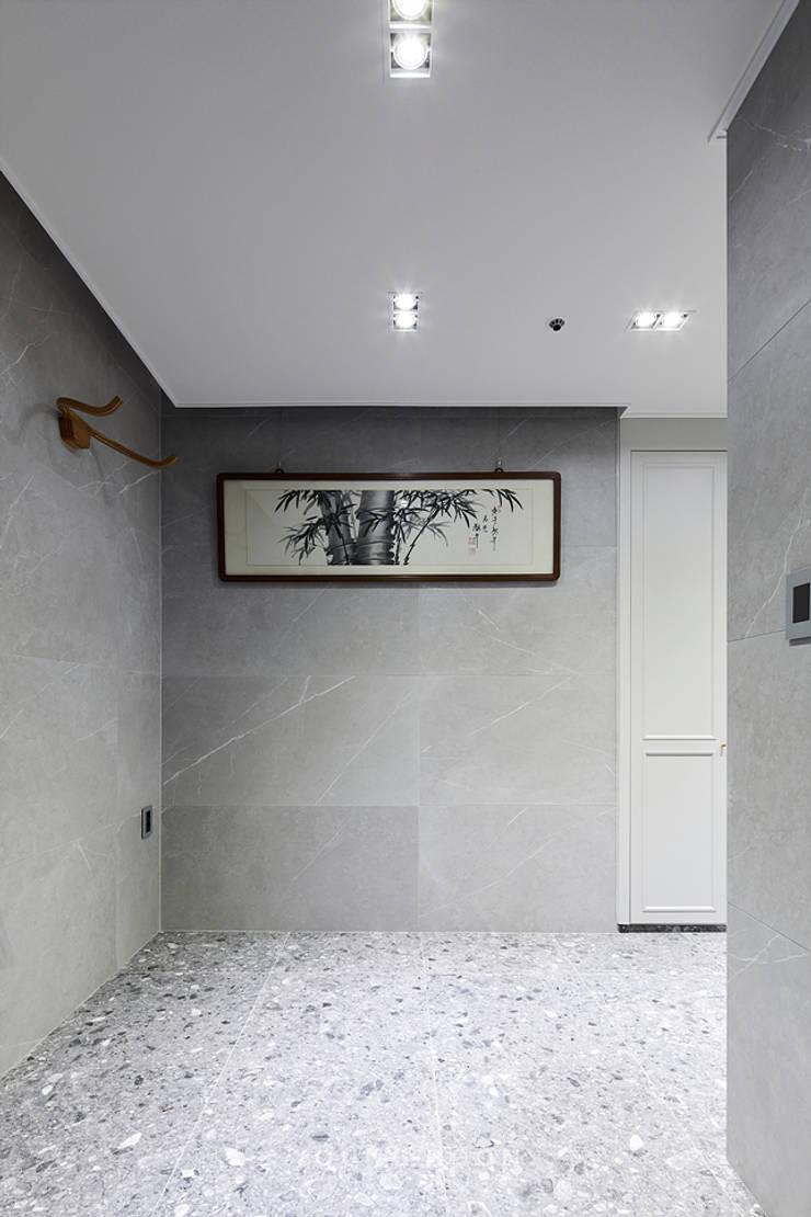 63평 더샵스타리버 아파트 인테리어 _ 모던 내츄럴 스타일의 힐링하우스: 영훈디자인의  복도 & 현관,