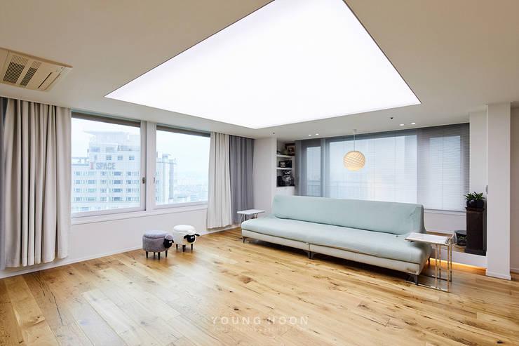 63평 더샵스타리버 아파트 인테리어 _ 모던 내츄럴 스타일의 힐링하우스: 영훈디자인의  거실,