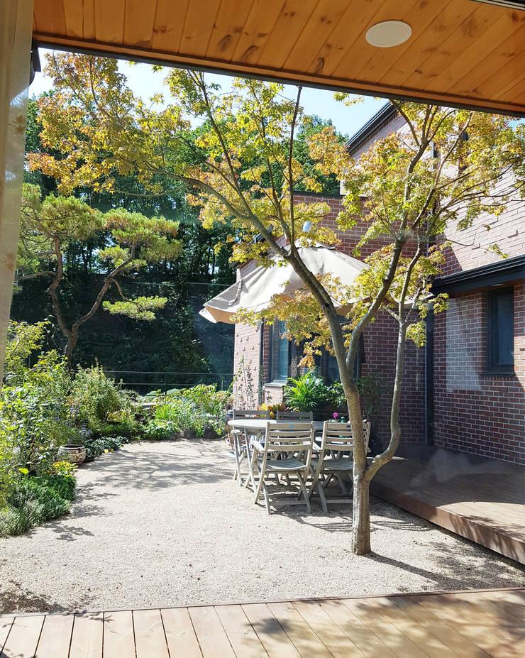 FLOATING GARDEN: 호림건축사사무소의  실내 정원,