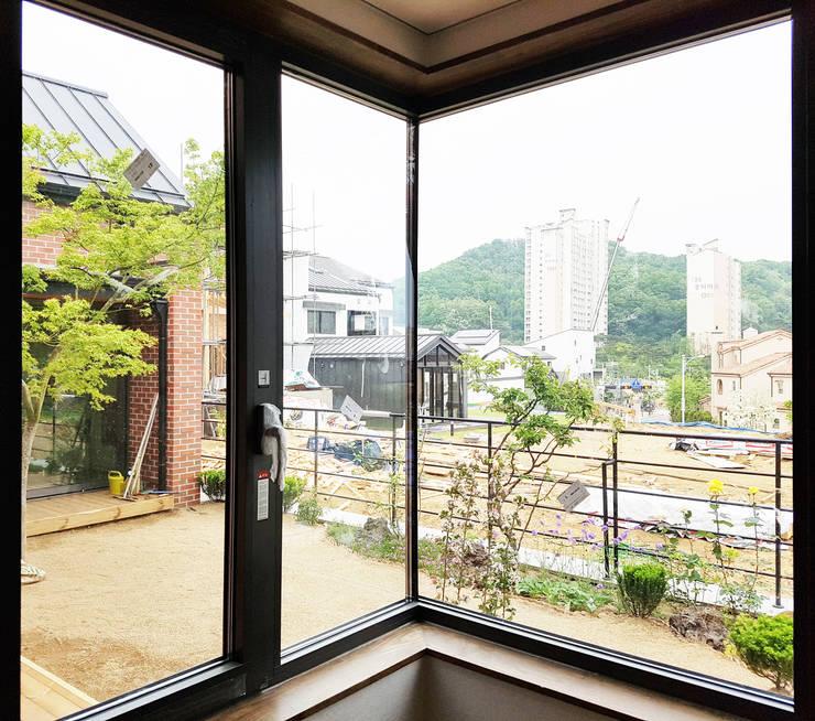 안방코너창에서 바라본 전경: 호림건축사사무소의  창문,