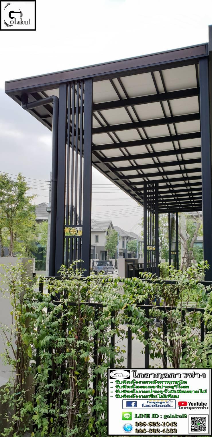 งานรีโนเวทหลังคาโรงจอดรถเป็นงานหลังคาไวนิลแบบเรียบโครงสร้างเหล็กสไตล์โมเดิร์นสีดำ หน้างานหมู่บ้านบางกอก บูเลอาร์ด สาทร-ปิ่นเกล้า2:   by โกลากุลการช่าง