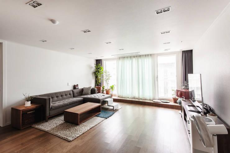 거실: FLIP (플립) 디자인 스튜디오의  거실,