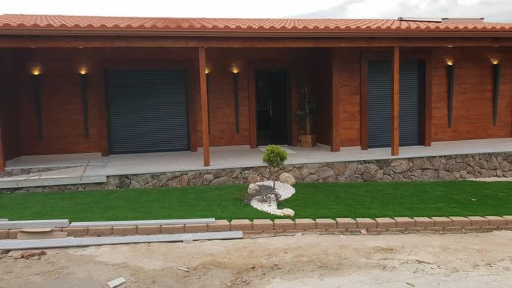 T2, com Garagem + Grill - Casa em Madeira - Tarouca: Jardins de fachada  por Breeze House
