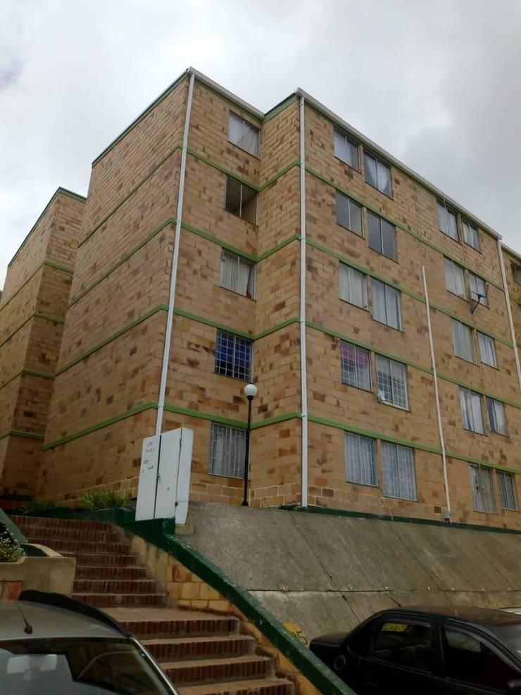 Impermeabilización de fachada : Casas multifamiliares de estilo  por Construcciones Gomo S.A.S,