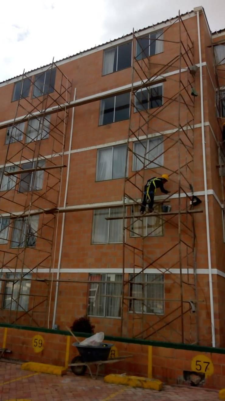 Lavado de Fachada: Casas multifamiliares de estilo  por Construcciones Gomo S.A.S,