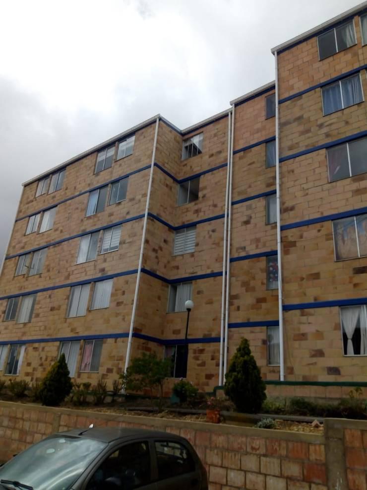 Mantenimiento de canales y bajantes : Casas multifamiliares de estilo  por Construcciones Gomo S.A.S,