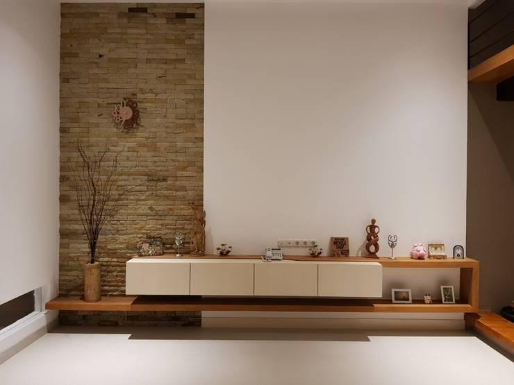 Rumah Janur asri VI kelapa gading:  Ruang Keluarga by qic arsitek
