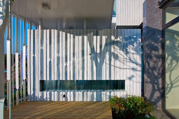 景觀設計 | 白色方盒建築:  牆面 by 大桓設計顧問有限公司