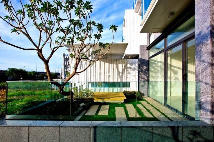 景觀設計 | 白色方盒建築:  陽台、門廊與露臺 by 大桓設計顧問有限公司