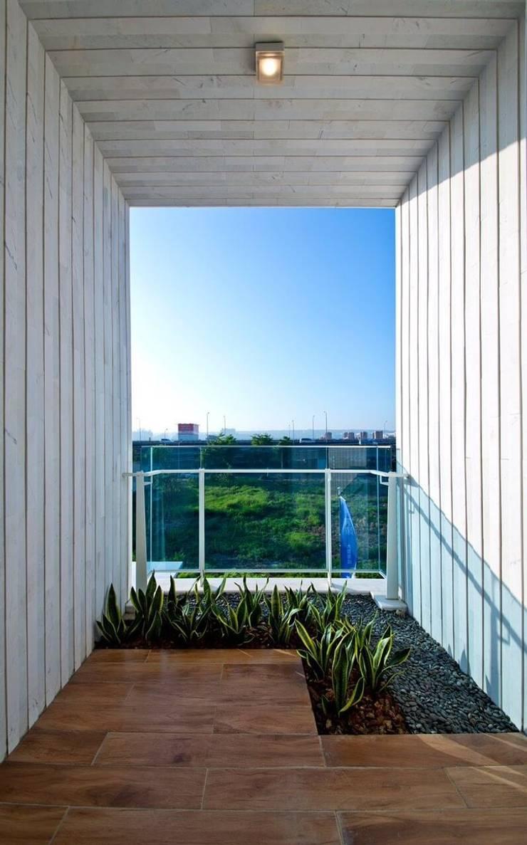 景觀設計 | 白色方盒建築:  陽台 by 大桓設計顧問有限公司