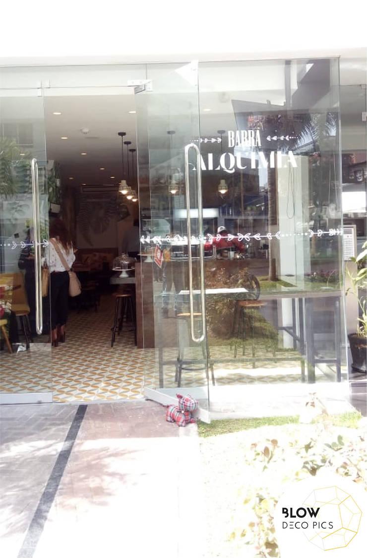 Cafetería Barra Alquimia: Puertas de estilo  por Blow Deco Pics